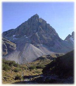 völlig unerwartet: ein schöner Kletterberg